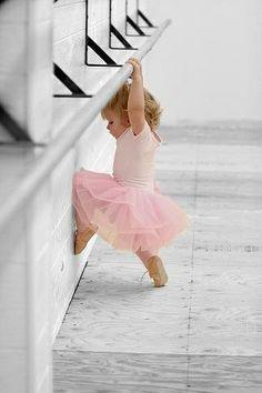 Minik balerin gösterisine hazırlanıyor...