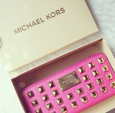 Barbie Girl Michael Kors Clutch - Pink - Studs love.thegoodbags.com Michael Kors Outlet !Most bags are under $61.99 !THIS OH MY GOD ~