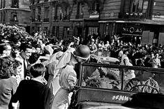 France. Paris. 26 août 1944. Soldats de la Français 2e Division blindée, sont accueilli en se déplaçant vers le bas Les Champs-Elysées. FRANCE. Paris. August 26, 1944. Soldiers of the French 2nd Armored Division being welcomed as they travel down Les Champs-Elysées.
