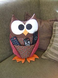 Pattern For Owl Remote Holder Patterns Owl Crafts, Diy And Crafts, Arts And Crafts, Fabric Crafts, Sewing Crafts, Craft Projects, Sewing Projects, Remote Control Holder, Creation Couture