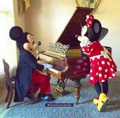 Aw how sweet, Mickey playing the piano to serenade Minnie to make her smile Minnie Mouse Pictures, Mickey Mouse Images, Mickey Mouse And Friends, Mickey Minnie Mouse, Disney Pictures, Disney Mickey, Disney Parks, Disney Pixar, Walt Disney