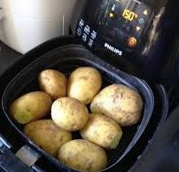 Wanneer je aardappels kookt (eigenlijk poft) in de schil in een Airfryer krijg je niet van die waterbommen en je hoeft geen zout meer te gebruiken.Het is ook... Multicooker, Air Fryer Recipes, Barbecue, Creme, Slow Cooker, Fries, Food And Drink, Favorite Recipes, Meat