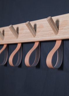 Fiffiga öglehängare i skinn för diverse halsdukar och annat, kompletterar träkrokarna fint. Avsändaren Smålands Skinnmanufaktur och Formbruket arbetar lokalt och småskaligt. (Foto Granit)