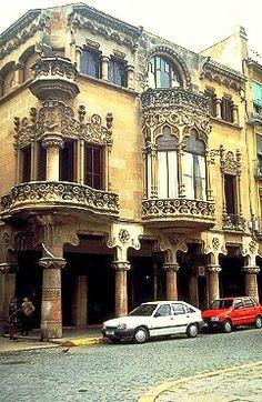 Façana modernista de la casa Navàs, obra de Lluís Domènech i Montaner, a la plaça del Mercadal de Reus - © Arxiu Fototeca.cat