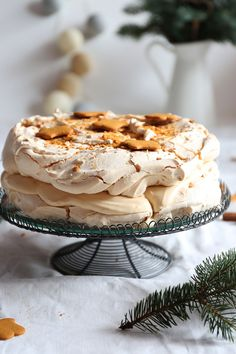 Świąteczny tort bezowy z masą z mascarpone kremówki i białek czekolady