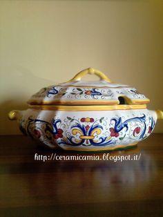 #Zuppiera di #ceramica dipinta a mano #RiccoDeruta #Italy #handmade http://ceramicamia.blogspot.it/2012/07/ricco-deruta-sulla-zuppiera-di-ceramica.html.