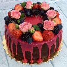 Шоколадный #бисквит с шоколадным муссом и прослойкой из свежей клубники. #Торт украшен ягодами и живыми цветами. Для истинных ценителей шоколада! Автор instagram.com/elmira_alyusheva