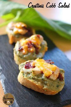 Crostinis Cobb Salad #roquefort // Plus de #recette au roquefort sur le blog Les recettes Roquefort Papillon : www.recetteroquefort.fr Cheddar, Bacon, Cobb Salad, Baked Potato, Potatoes, Ethnic Recipes, Hui, Voici, Comme