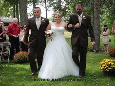 Todd Bachman emocionou a todos ao convidar o padrasto de sua filha Britanny para seguir com eles até o altar no dia de seu casamento! Emocionante demais!