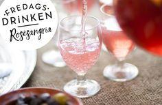 Recept på Rosé sangria. Vanligtvis görs sangria på ett ungt, torrt och oekat vin. Här är en frisk och fräsch variant med rosévin.