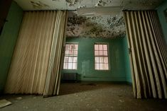 Green tiled room with privacy screen in Kirkbride building; Abandoned Asylums, Historical Landmarks, Hospitals, Troops, Alabama, Building, Mental Health, Creepy, Sick