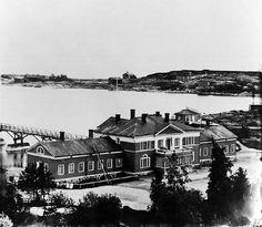 Ullanlinnan kylpylaitos Kaivopuistossa 1860-luvulla © Helsingin kaupunginmuseo - Helsingin eteläisimm.niemenkärjen puiston tarina alkoi v.1834,kun konsuli ja kauppaneuvos,liikemies Henrik Borgströmin(1799-1883) perustama Kylpylä- ja kaivohuoneyhtiö rakensi asumattomalle ja karulle niemenkärjelle kylpylän puistoineen.Puiston sijainti oli juuri sopiva merikylpylälle,jotka olivat tulleet muotiin 1800-luvun alussa.