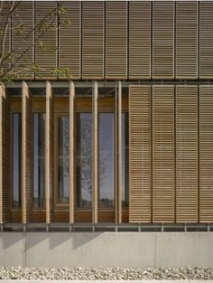 Sustituyendo a las persianas : paneles pivotantes Pivot screening on the outside of the Aalen University extension by MGF Architecten Design Exterior, Facade Design, House Design, Wood Architecture, Architecture Details, Shading Device, Timber Screens, Wooden Facade, Window Shutters
