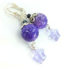 Kolczyki z kulami kamieni fioletowego korala i lawendowymi gwiazdami ze szkła.