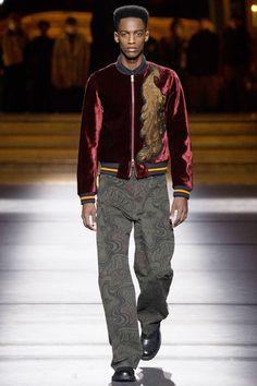Look de Dries Van Noten com um pavão em uma jaqueta vermelha!