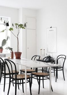 bright white modern dining table with black bentwood chairs Swivel Dining Chairs, Black Dining Chairs, Bentwood Chairs, Dining Room Table, Dining Area, Kitchen Dining, Room Chairs, Home Interior, Interior Styling