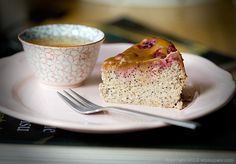 le gâteau au fromage aux graines de pavot avec des cerises et au caramel