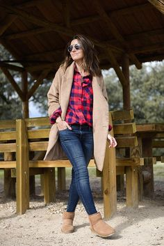 Style Guide: What to Wear With Ugg Boots That Will Keep You Stylish and Warm This Season - Be Modish Ugg Boots Style, Ugg Boots Outfit, Winter Boots Outfits, Fall Outfits, Casual Outfits, Outfit Winter, Unique Outfits, Lässigen Jeans, Fall Jeans