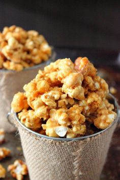 Try Butter Toffee Popcorn as an awesome snack and to give away for gifts. This is the perfect sweet and salty combination for popcorn. Try this Butter Toffee Popcorn today! Butter Toffee Popcorn Recipe, Popcorn Au Caramel, Flavored Popcorn, Caramel Corn, Crunch N Munch Recipe, Brown Sugar Candy Recipe, Popcorn Flavours, Marshmallow Popcorn, Homemade Popcorn