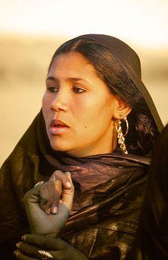 www.villsethnoatlas.wordpress.com (Tuaregowie, Tuaregs) Mujer tuareg con las manos teñidas, Festival de Essouk -   Tuareg woman with hands stained, Essouk Festival (January 2004)    www.vicentemendez.com