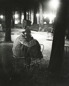 Brassaï Couple d'amoureux dans les jardins Des Champs Elysées 1932