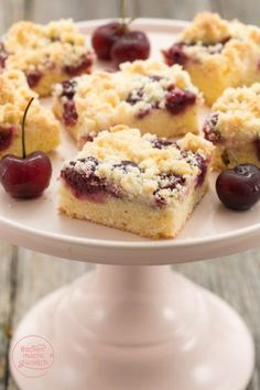 Juicy cherry cake with sprinkles Baking makes you happy - Kuchen Rezepte - This crumble cherry cake is not only quick and easy to make, but above all really juicy, crispy, fr - Easy Cake Recipes, Sweet Recipes, Baking Recipes, Cookie Recipes, Dessert Recipes, Food Cakes, German Cake, Cherry Cake, Cakes And More