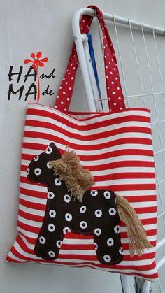 s koníčkem veselá taška ušitá z pevné bavlněné látky, nezačištěná aplikace, vel.26X31cm, ucha 46 cm, v tričku se dá se nosit na rameni taška se hodí na cokoliv- jako dekorace do bytu, pro školáky na cvičební úbor, bačkůrky Hama