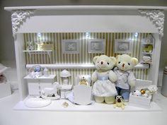 Enfeite para porta maternidade com luz.  Nicho em mdf med. 45Cx10Lx35A - Com 4 ursinhos de pelúcia. Detalhes em resina, porcelana e tecido.  Podemos fazer em outras cores.