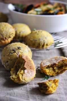 Pumpkin and caramelized onion scones - Pumpkin from starter to dessert - Elle à Table - Sella Ethelstone No Salt Recipes, Vegan Recipes, Cooking Recipes, Fall Appetizers, Appetizer Recipes, Tapas, Savory Scones, Snacks Sains, Pumpkin Scones