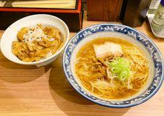 中華そばのお店と思いきや、炭火焼きの本格ぶた丼が味わえるお店。中華そばのトッピングが豊富で何度も通いたくなる。オシャレなJAZZを聞きながら美味しい中華そばとぶた丼をご賞味あれ。 Thai Red Curry, Ramen, Ethnic Recipes, Food, Meals, Yemek, Windows, Eten