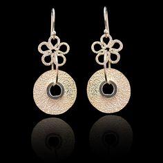 Zilveren oorbellen , uniek design De lengte van deze oorbellen is 3,9 cm . Prijs 24,95 € Gratis verzending in NL http://www.dczilverjuwelier.nl/zilveren_oorbellen