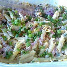 Szybka sałatka makaronowa z żółtym serem to idealna propozycja na imprezy lub kolację. Robi się ja niesamowicie prosto, a do jej stworzenia nie potrzebujesz wielu składników. Sprawdź naszą… Tzatziki, Pasta Salad, Penne, Potato Salad, Cabbage, Grilling, Food And Drink, Vegetables, Ethnic Recipes