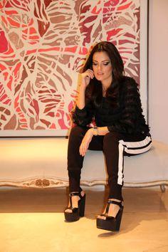 """Look p/ lançamento da Carmen Steffens de Araçatuba, acabei me decidindo por esta calça """"tracking"""" que todo mundo está usando agora. Mas para não ficar um look muito esportivo, a combinei com esta blusa suuuuper social."""