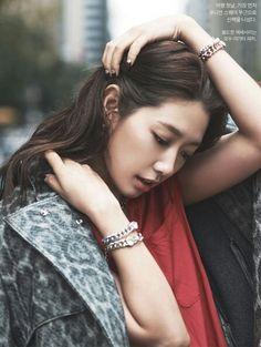 (박신혜) Park Shin-hye(born February 18, 1990) is a South Korean actress, singer and model. She made her acting debut in the Korean dramaStairway to Heaven(2003).