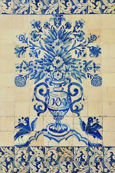 COIMBRA - Portugal Universidade. Me gustan los azulejos pintados en azul.