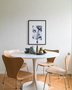 Ikea 'Docksta' dining table with Arne Jacobsen chairs - Ikea docksta table Ikea Round Dining Table, Dining Corner, Dining Room Chairs, Chair Eames, Arne Jacobsen Chair, Saarinen Table, Condo Decorating, Design Furniture, Chair Design