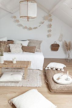 Ideas for loft room and works with palette bed where it looks like sofa but with grey mixed in bedroom grey 𝒫𝒾𝓃𝓉𝑒𝓇𝑒𝓈𝓉: Home Decor Bedroom, Living Room Decor, Zen Living Rooms, Yoga Room Decor, Bedroom Curtains, Bedroom Inspo, Loft Room, Home Decor Inspiration, Decor Ideas