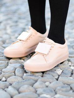 Sneakers in Pastellfarben sind das Must-Have für den Frühling.