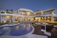 Navegue por fotos de Casas Moderno: . Veja fotos com as melhores ideias e inspirações para criar uma casa perfeita.