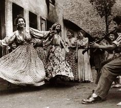 """""""A dança tem em si o dom de transformar, reconectar, de curar e confortar desde quem a pratica como quem a assiste."""" Shakti Shala Dança do Sagrado Feminino"""