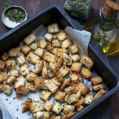 Make your own croutons by using old slices of bread, herbs and a sprinkle of olive oil. Soup Recipes, Salad Recipes, Healthy Recipes, Slice Of Bread, Snacks, Baked Goods, Side Dishes, Stuffed Mushrooms, Brunch