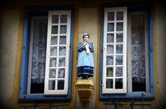 Quimper fenêtres statue femme magasin   Flickr - Photo Sharing!