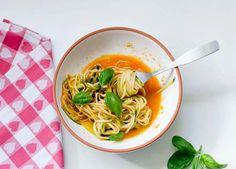 » zuchinni-pasta mit tomatensauce