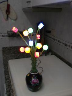florero con tapones de plástico luminoso