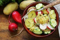 Oferind o gustare gustoasa si putin iute cu fiecare muscatura, ridichea ocupa un loc unic in inima celor care iubesc sa consume legume. Fiind o radacina din familia Brassica si o ruda a verzei, ridichea are o varietate de culori, de forme si de dimensiuni surprinzator de mare.   #legume #vitamine Easy Salad Recipes, Quick Dinner Recipes, Easy Salads, Lunch Recipes, Vegetable Salad, Vegetable Dishes, Health Benefits Of Radishes, Types Of Salad, Radish Salad