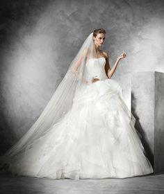 Sleeveless+Strapless+Court+Train+Tulle+Ball+Gown+Wedding+Dress+Apr0183