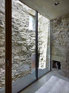 Réhabilitation d'une maison historique toute en pierres, située au coeur du village de Scaiano (rénovation par Wespi de Meuron Romeo architects).