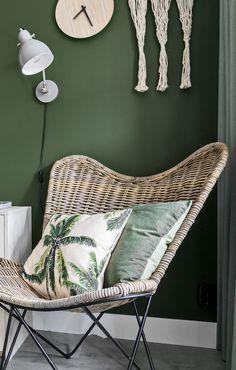 Groen, groener, groenst: deze slaapkamer ademt de botanische sfeer waar de bewoners zo naar op zoek waren. Lichte houtsoorten en diverse tinten groen geven de slaapkamer een rustige, frisse, maar ook stoere uitstraling. Centraal staan een hemels hemelbed en een walhalla aan functionele opbergruimte. De optische nis achter het bed en de verschillende planten maken de master bedroom tot een knus nestje. Living Room Green, Home Living Room, Living Room Designs, Living Room Decor, Chill Room, Cozy Room, Aesthetic Room Decor, Butterfly Chair, Living Room Inspiration