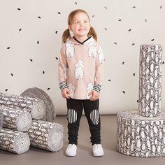 TILKKU baby trikoohousut, musta| NOSH Lasten talvimallistossa seikkailevat lempeän pehmeät jääkarhut, graafiset raidat ja ilmeikkäät leikkaukset. Tutustu mallistoon ja tilaa verkosta, NOSH vaatekutsuilta tai edustajalta www.nosh.fi / (This collection is available only in Finland )