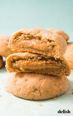 christmas cookies peanut butter Weihnachtspltzchen The Inside Of This Peanut Butter-Stuffed Cookie Taste Just Like Reeses. Köstliche Desserts, Homemade Desserts, Delicious Desserts, Dessert Recipes, Yummy Food, Homemade Marshmallows, Homemade Cookies, Peanut Butter Recipes, Peanut Butter Cookies